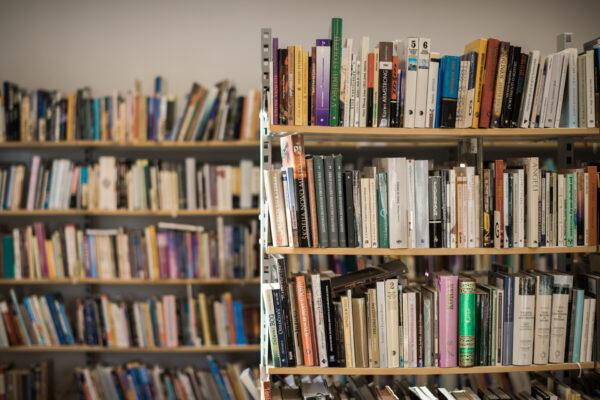 Delovanje Knjižnice Miklova hiša po 11.4. : Vabljeni med police!